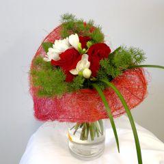 Bouquet a forma di cuore con rose rosse e crocus bianchi